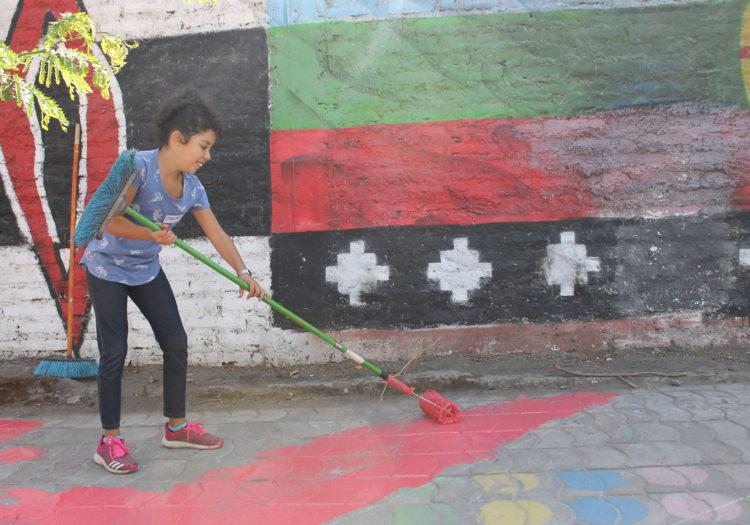 foto mujer pintando el piso