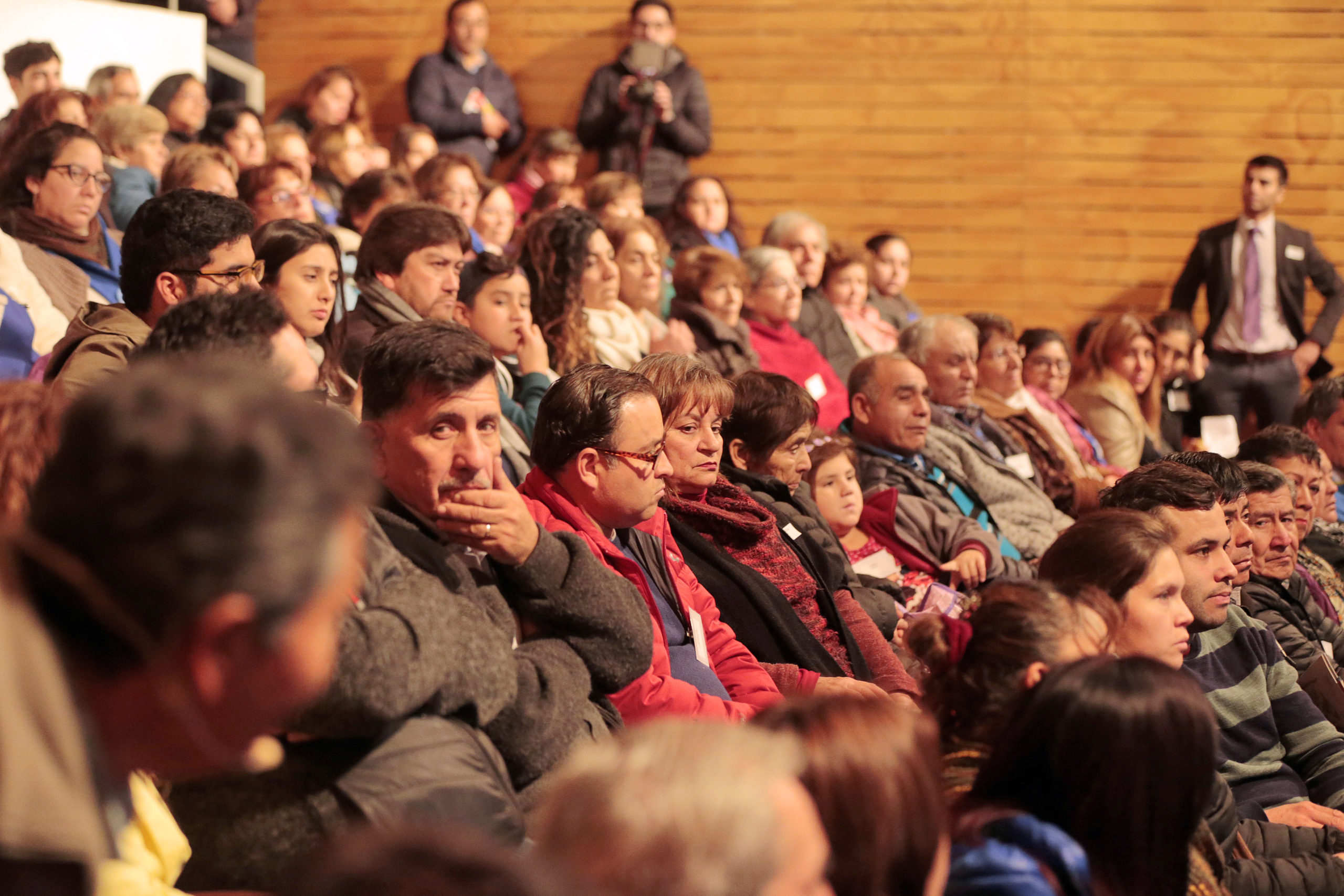 Foto gente escuchando charlas